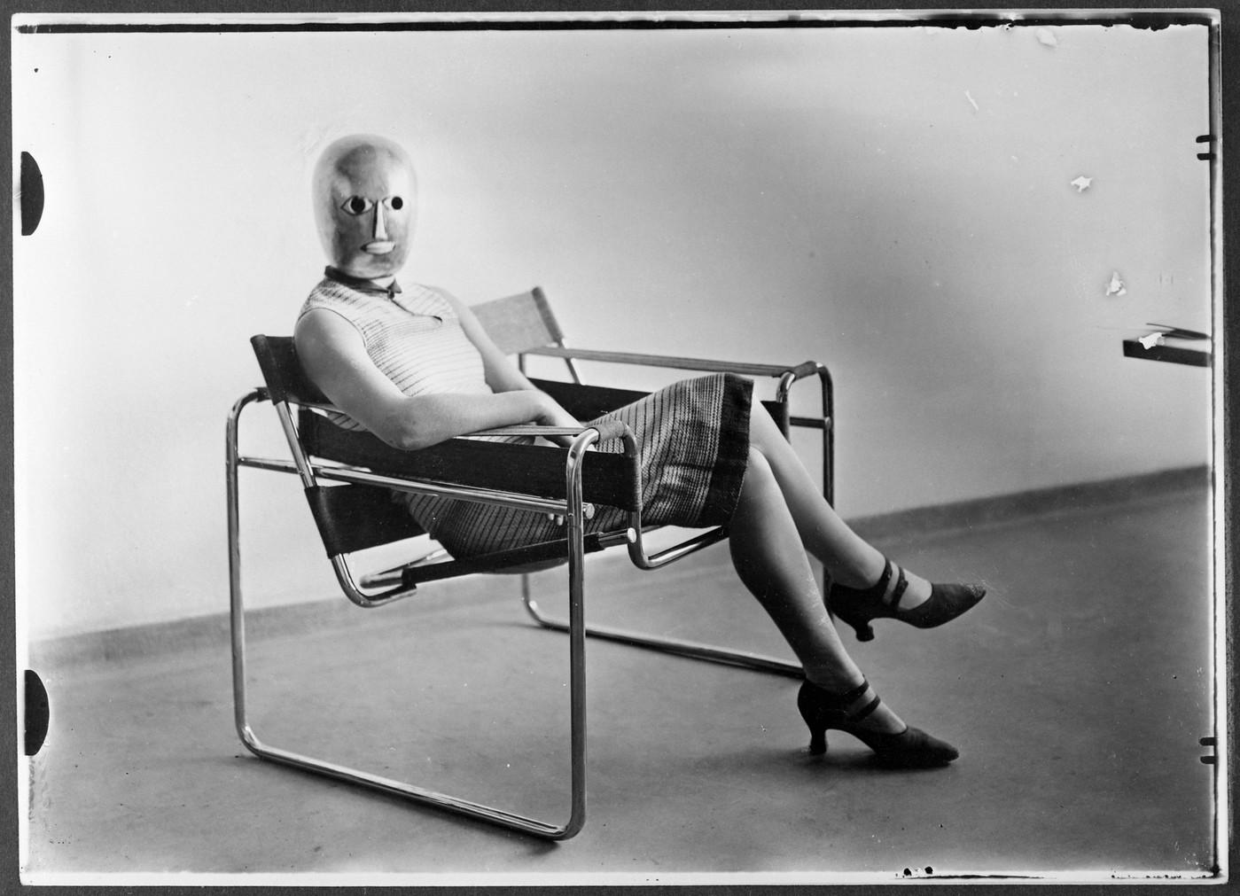 fragment-scene-bauhaus-derich-consemuller-fauteuil-marcel-breuer-masque-oskar-schlemmer-lis-beyer_0_1400_1011